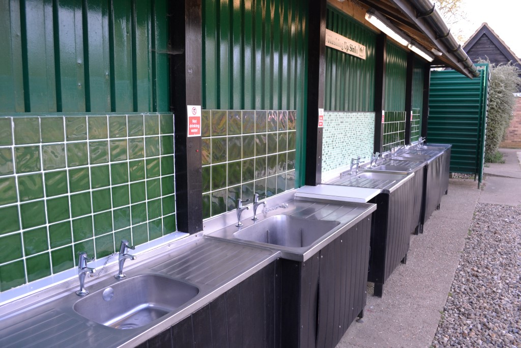 <b>Campsite Photo:</b><br>Hot water & Washing-up sinks